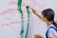ペンキで白壁に大胆に絵を描く女の子 10158007394| 写真素材・ストックフォト・画像・イラスト素材|アマナイメージズ
