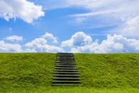 階段のある丘と雲と青空 10158007433  写真素材・ストックフォト・画像・イラスト素材 アマナイメージズ