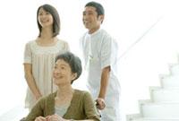 笑顔の車椅子の患者家族と医師