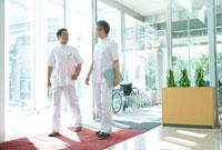 病院内の2人の医師