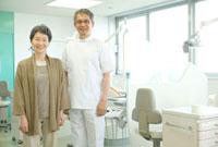 年配の患者と歯科医師のポートレート