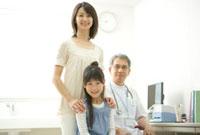 医師と少女と母親のポートレート
