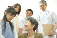 年配患者の家族と医師