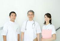 隣り合わせで立つ医師と看護婦