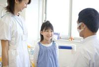 歯科医師と話す少女と看護婦