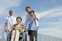 車椅子の患者家族と看護婦と医者