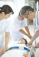 点滴の準備をする医師と看護婦