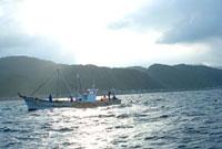 海に浮かぶ漁船