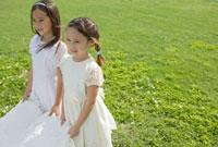 ウェディングドレスの裾を持つ女の子二人