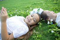 野原に寝転ぶ女の子二人