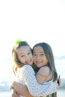 笑顔で抱き合う女の子二人