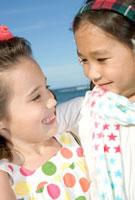 肩を組み笑顔で見つめ合う女の子二人