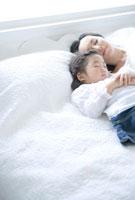 寄り添って眠る母と娘
