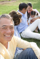 芝生の上に座る家族5人