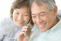 携帯電話で話すシニア夫婦