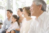 家の中で並んで座る家族5人