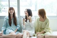 部屋でくつろぎおしゃべりを楽しむ3人の女性