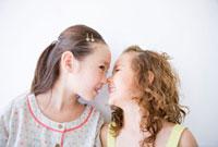 鼻をくっつけ合う笑顔の女の子二人
