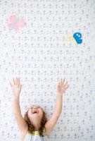 蝶のイラストと両手を挙げる女の子
