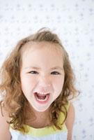 大きく口を開ける女の子の顔アップ