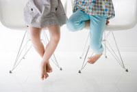 椅子に座る女の子二人の足元