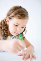 クレヨンで絵を描く女の子の表情