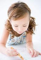 クレヨンで絵を描く女の子