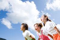 青空を背に並んで叫ぶ子供三人