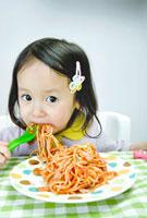 スパゲッティーを頬張る少女