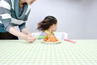 食事を拒む少女