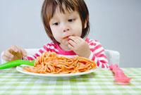 スパゲッティーを食べる少年