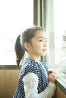 窓の外を眺める6歳の女の子