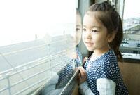 電車の窓から景色を眺める6歳女の子