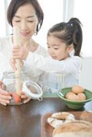 一緒に料理をする祖母と孫娘