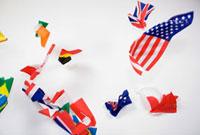 空中に舞い散るさまざまな国旗
