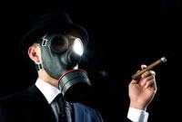 ガスマスクを付け葉巻を手に持つビジネスマン