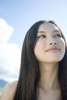 空を見上げ微笑む10代女性の顔