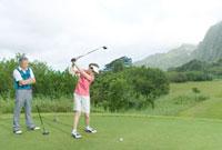 妻にゴルフを指導する夫