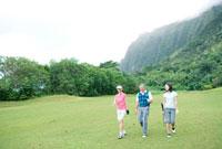 ゴルフ場を歩く家族3人