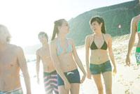 水着の若者たち