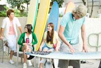サーフボードと若者たち