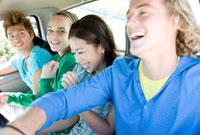 車に乗る若者たち