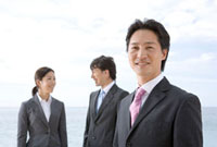 笑顔のビジネスマン二人とビジネスウーマン