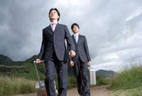 二人のビジネスマンの歩く姿