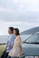 景色を眺めるカップル 10161001963| 写真素材・ストックフォト・画像・イラスト素材|アマナイメージズ
