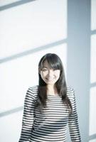 笑顔の10代女性 10161001973  写真素材・ストックフォト・画像・イラスト素材 アマナイメージズ