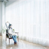 椅子に座り背伸びをする女性 10161002017  写真素材・ストックフォト・画像・イラスト素材 アマナイメージズ