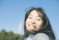 笑顔で振り向く10代女性 10161002021  写真素材・ストックフォト・画像・イラスト素材 アマナイメージズ