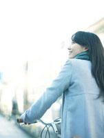 自転車を押して歩く10代女性 10161002056  写真素材・ストックフォト・画像・イラスト素材 アマナイメージズ