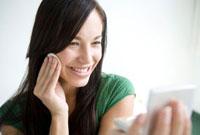 化粧をする笑顔の女性